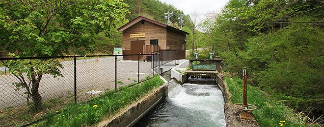【エコ事例】環境に調和した建物で24時間発電を続ける小水力発電所。タイトル写真