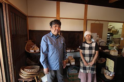 「パン工房ふらんす」の渡辺朗代さんと弟の剛弘さん。